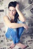 Vrouw met problemen die hoofd houden Stock Afbeeldingen