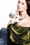 Vrouw met puppy Stock Afbeelding