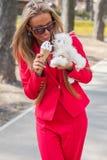 Vrouw met puppy Stock Foto