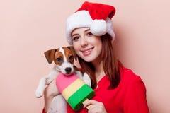 Vrouw met puppy Stock Foto's