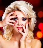 Vrouw met purpere manicure en make-up van ogen stock foto's