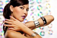 Vrouw met purpere vingernagels en lippenstift Stock Foto's