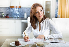 Vrouw met receptenboek Stock Foto's