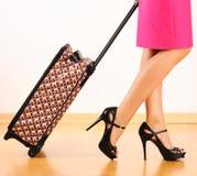 Vrouw met reiskoffer Stock Foto's