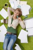 Vrouw met rekeningen en krediet carrd Stock Afbeelding