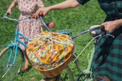 Vrouw met retro fietsen met een mand voor een picknick Royalty-vrije Stock Foto's