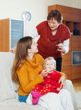 Vrouw met rijpe moeder die voor zieke baby geven Stock Afbeelding