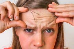 Vrouw met rimpels op voorhoofd Stock Foto's