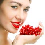 Vrouw met rode aalbes royalty-vrije stock foto