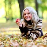 Vrouw met rode appel stock foto