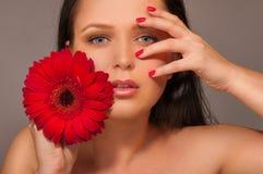 Vrouw met rode bloem Stock Foto