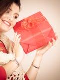 Vrouw met rode giftdoos Royalty-vrije Stock Afbeeldingen