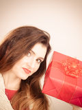 Vrouw met rode giftdoos Royalty-vrije Stock Afbeelding