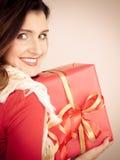 Vrouw met rode giftdoos Stock Afbeelding