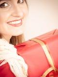 Vrouw met rode giftdoos Stock Fotografie