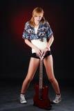 Vrouw met rode gitaar stock afbeeldingen