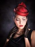 Vrouw met rode hoed en zwarte handschoenen Stock Afbeelding