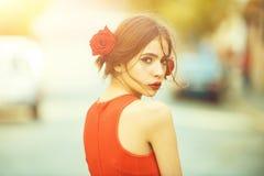 Vrouw met rode lippen, make-up op leuk, jong gezicht royalty-vrije stock foto's
