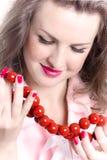 Vrouw met rode parels Stock Afbeeldingen