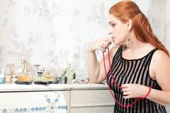 Vrouw met rode parels Stock Foto
