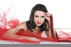 Vrouw met rode parels op wit Stock Afbeelding
