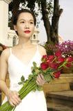 Vrouw met rode rozen in het park Royalty-vrije Stock Fotografie