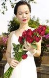 Vrouw met rode rozen in het park Royalty-vrije Stock Afbeelding