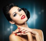 Vrouw met rode spijkers en creatief kapsel Royalty-vrije Stock Foto