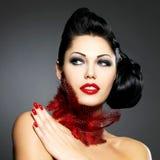 Vrouw met rode spijkers en creatief kapsel Royalty-vrije Stock Afbeelding