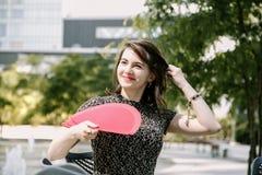 Vrouw met rode ventilator Stock Afbeeldingen