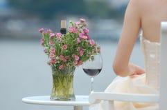 Vrouw met rode wijn en bloemen Stock Foto's