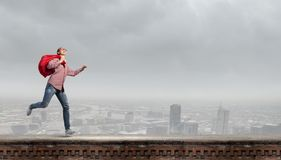 Vrouw met rode zak Stock Afbeeldingen
