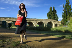 Vrouw met rode zak bij de Brug van Richmond, Tasmanige royalty-vrije stock afbeeldingen