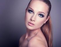 Vrouw met rokerig oog Stock Foto's