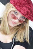 Vrouw met rood GLB & zonnebril Stock Foto's