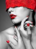 Vrouw met rood kanten lint op ogen Stock Foto