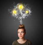 vrouw met rook en lightbulbs boven haar hoofd Stock Afbeeldingen