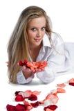 Vrouw met roze-bloemblaadje stock fotografie