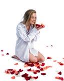 Vrouw met roze-bloemblaadje royalty-vrije stock fotografie