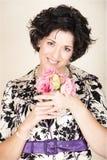 Vrouw met roze bloemen stock fotografie
