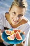 Vrouw met roze grapefruit royalty-vrije stock afbeelding