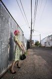 Vrouw met Roze Haar en een Beurs in een Steeg royalty-vrije stock foto's
