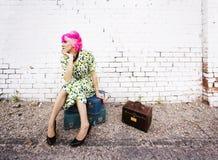 Vrouw met Roze Haar en een Kleine Siuitcases royalty-vrije stock foto's