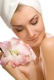 Vrouw met roze lelie stock fotografie