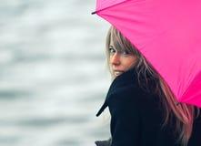 Vrouw met roze paraplu Stock Foto's