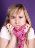 Vrouw met roze sjaal Stock Foto's