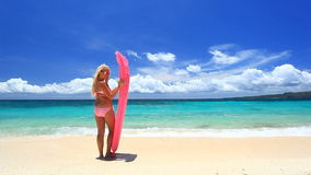 Vrouw met roze zwemmende matras op tropisch strand, Boracay stock footage