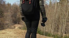 Vrouw met rugzak en verrekijkers op de heuvelbovenkant stock footage