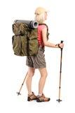 Vrouw met rugzak en wandelingspolen het stellen Royalty-vrije Stock Afbeeldingen