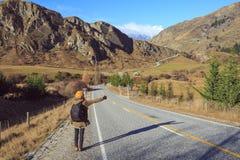 Vrouw met rugzakhapering wandeling Stock Fotografie